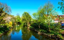 反弹在Kinzig河在格尔恩豪森, Kaiserpfalz,黑森,德国河岸  库存照片
