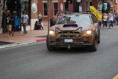 反抗法律老板在圣地亚哥街市街道上的推托汽车 库存照片