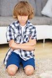 反抗男孩横渡他的胳膊 免版税库存照片