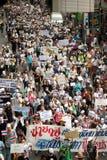 从反政府V的示威者泰国小组的佩带 免版税库存照片