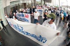 从反政府V的示威者泰国小组的佩带 库存图片