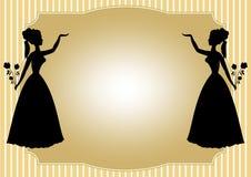 反映一个维多利亚女王时代的夫人的剪影有玫瑰花束的在淡黄的镶边背景的 免版税库存图片