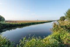 反映一条小小河的光滑的水表面在秋天 库存图片