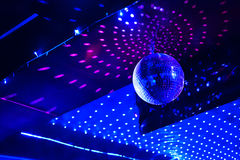 反映与光反射的迪斯科球在天花板 免版税库存照片
