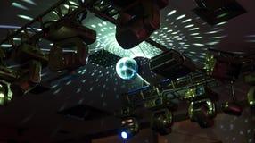 反映与反射光的迪斯科球在天花板 免版税库存照片