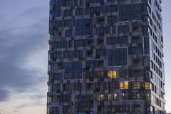 反映反射蓝天和白色云彩的高层建筑物表面 图库摄影