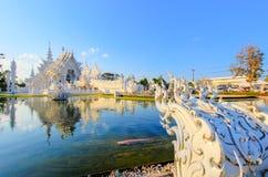 反映在公开白色寺庙里面的湖有清楚的天空背景 免版税图库摄影