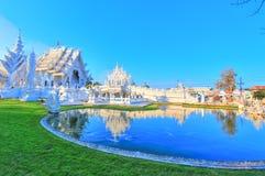 反映在公开白色寺庙里面的湖有清楚的天空背景 免版税库存图片