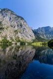 反映在湖Obersee的山峰 免版税库存照片