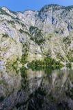 反映在湖Obersee的山峰 库存照片