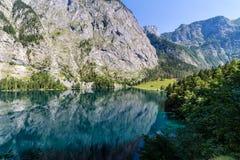 反映在湖Obersee的山峰 免版税库存图片