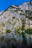 反映在湖Obersee的山峰 图库摄影