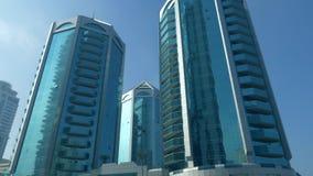 反映在表面摩天大楼门面的高层建筑物在沙扎市 股票视频
