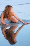 反映在水中的比基尼泳装的妇女 免版税库存照片