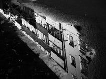 反映在黑白照片的街道 库存照片