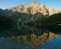 反映峰顶在湖海注视 库存图片