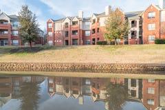 反映河沿公寓复杂反射在日落 图库摄影