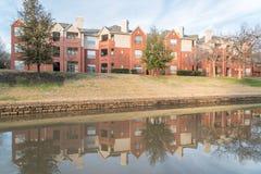 反映河沿公寓复杂反射在日落 库存照片