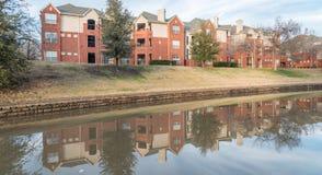 反映河沿公寓复杂反射在日落 免版税库存照片