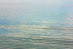 反映海表面,天空反射在水中 免版税图库摄影