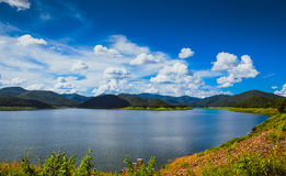 反映湖和山与蓝天云彩在水库 图库摄影