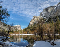 反映湖在冬天-优胜美地国家公园,加利福尼亚,美国 免版税图库摄影