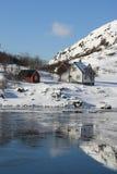 反映红色白色的房子hvalfjord 图库摄影