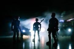 反暴乱警察给信号准备好 政府力量概念 在活动的警察 在黑暗的背景的烟与光 蓝色 免版税库存图片