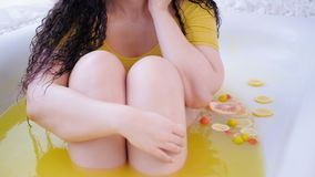 反脂肪团治疗弯曲的妇女果子浴 影视素材