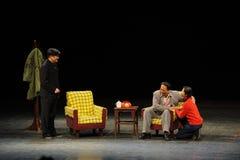 反腐败人民毛泽东和女儿在法律剪影进入大阶段 免版税库存图片