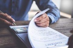 反贿赂和腐败概念,金钱在文件提供了,捐在文件的钱,当做成交给协议时 库存图片