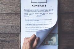 反贿赂和腐败概念,金钱在文件提供了,捐在文件的钱,当做成交给协议时 免版税库存照片