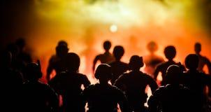反暴乱警察给信号准备好 政府力量概念 在活动的警察 在黑暗的背景的烟与光 蓝色 免版税图库摄影
