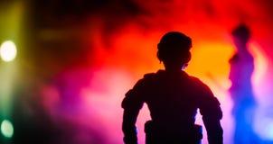 反暴乱警察给信号准备好 政府力量概念 在活动的警察 在黑暗的背景的烟与光 蓝色 库存照片