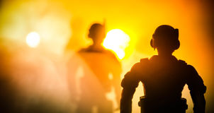 反暴乱警察给信号准备好 政府力量概念 在活动的警察 在黑暗的背景的烟与光 蓝色 库存图片