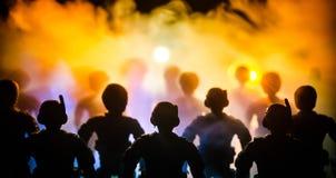 反暴乱警察给信号准备好 政府力量概念 在活动的警察 在黑暗的背景的烟与光 蓝色 免版税库存照片