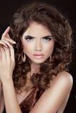 头发。美丽的性感的深色的妇女。健康长的布朗头发。是 免版税库存图片