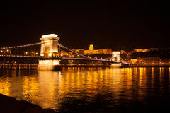 发亮桥梁在夜布达佩斯 库存图片