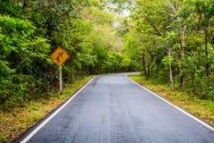 发信号在乡下公路,交通标志的轮  免版税库存照片