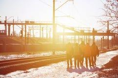 发信号的肮脏的橙色制服几名铁路工作者是在路在铁路线旁边 列车乘务员去工作 库存图片