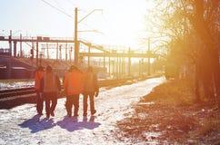 发信号的肮脏的橙色制服几名铁路工作者是在路在铁路线旁边 列车乘务员去工作 库存照片