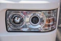 发信号从一辆重型卡车的前灯的 库存图片