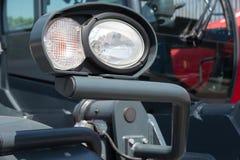 发信号从一辆重型卡车的前灯的 免版税库存图片