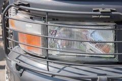 发信号滤栅的保护的前灯免受的一辆重型卡车 库存照片