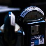 发光下来在停车时间计时器的太阳 免版税库存图片