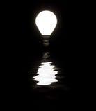 发光与反映的电灯泡 免版税库存图片