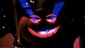 发光与激光的邪恶的万圣夜南瓜 股票视频
