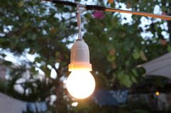发光为抽象背景的电灯泡装饰 概念节日、假日或者党 免版税库存图片