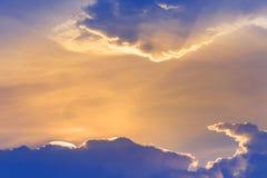 发光从云彩的后面美丽的抽象彩虹色云彩irisation或彩虹云彩 库存照片