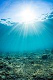 发光入海,水下的看法的阳光 库存照片